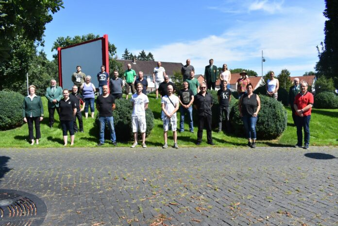 Lehrgangsleiterin Iris Janz gratuliert den bestendenen Teilnehmern aus den Vereinen des Gifhorner Kreisschützenverbandes.Foto: Bernd Behrens