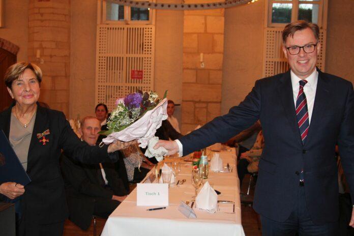 Ingrid Klopp (l.) erhielt durch Landrat Dr. Andreas Ebel, das Bundesverdienstkreuz. Foto: Glasow