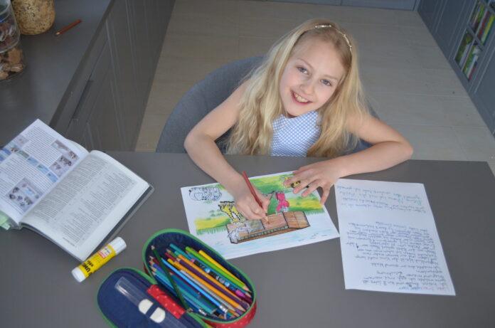 Die kleine Emilia malte und schrieb Briefe für die Bewohner einer Pflegeeinrichtung. Foto: ©jw.org